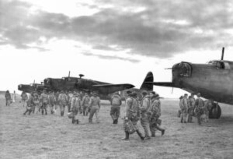 Bemanningen van het 149 Squadron lopen te Mildenhall naar hun Wellingtons. In de nacht van 10 op 11 mei nemen zes machines van deze eenheid deel aan het bombardement op Waalhaven. Oorspronkelijk stond het Ruhrgebied op het programma (NIMH).