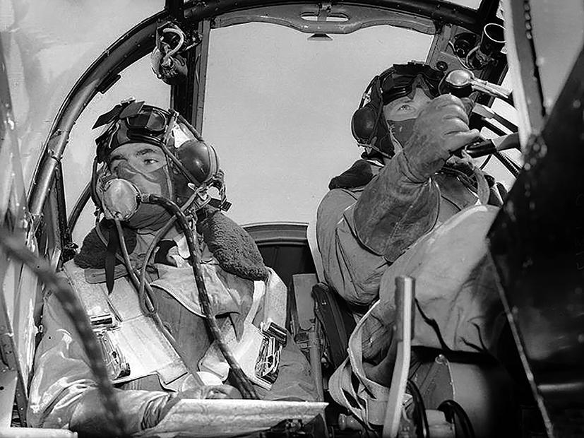 Vlieger en navigatorvan een Blenheim Mk.IV concentreren zich op hun taken tijdens een missie, kort voor Fall Gelb. Zij behoren tot het 139 Squadron
