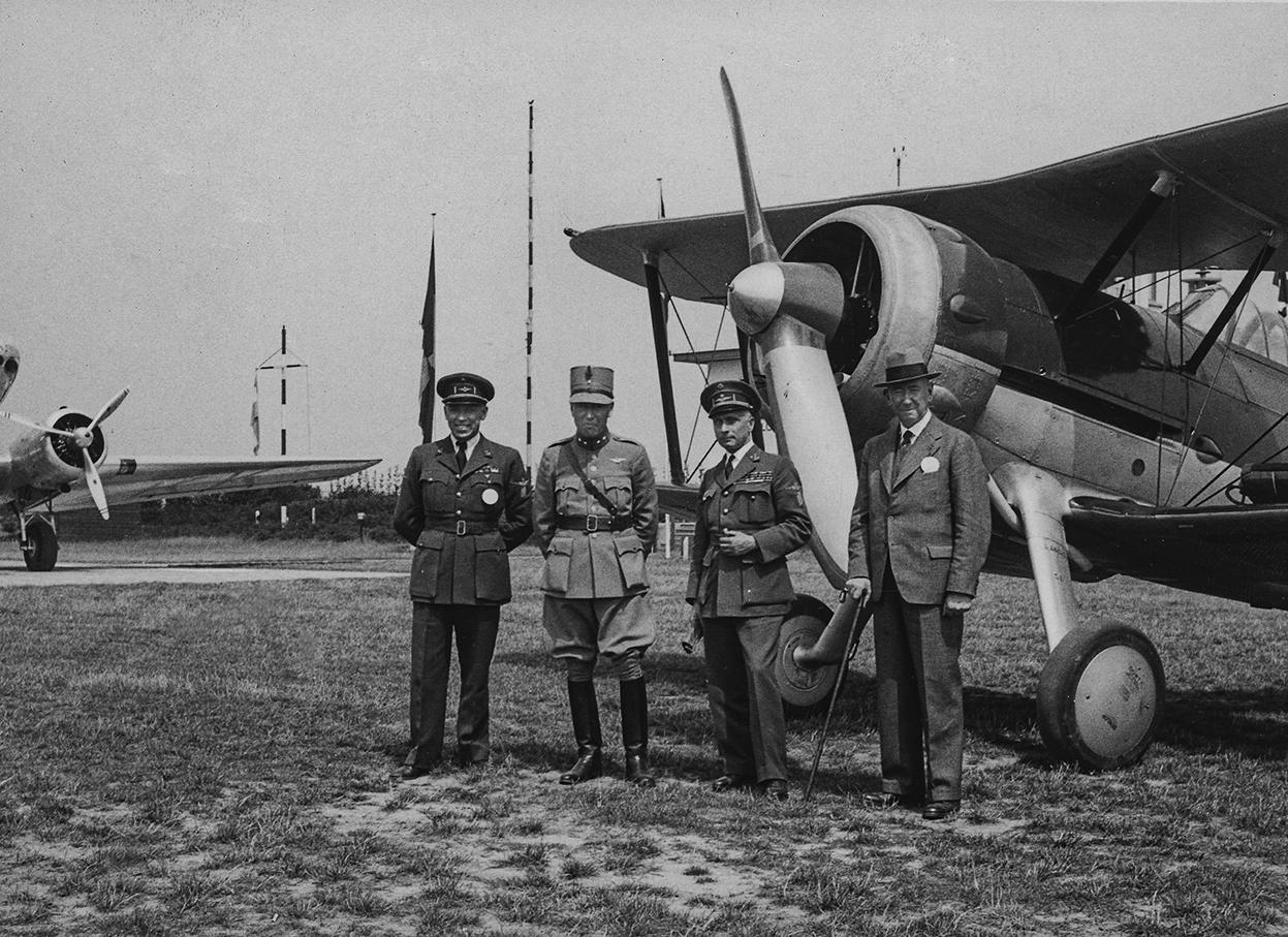 Adjudant-chef Roger (links) van de GC III/3 neemt op vliegveld Toul-Ochey met Sergent Bret en Sous-lieutenant Sauvage een missie door, voorjaar 1940. Roger claimt op 13 mei twee Bf 109's bij Breda. In de Morane met tactisch nummer '3' op de achtergrond sneuvelt Capitaine Trouillard bij Etten-Leur (B. Hugot).